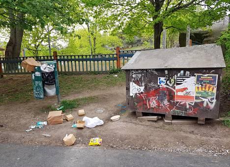 Roska-astia Puu-Vallilassa sunnuntaina. Kantakaupungissa roskakorit tyhjennetään päivittäin.