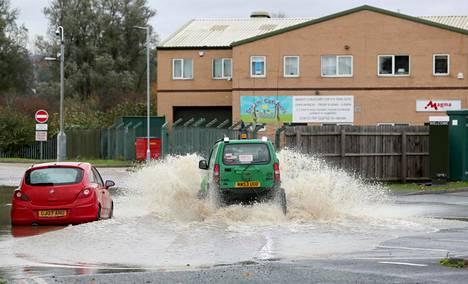 Autoja tulvivalla tiellä Rotterdamissa 8. marraskuuta.