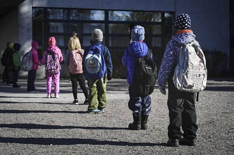 Oppilaat odottivat sisäänpääsyä Jokiniemen koulun pihalla Vantaalla torstaina.