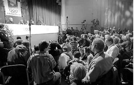 Taitoluistelija Tonya Harding piti valtavaa lehdistötilaisuutta. Luistelija oli keskellä kilpakumppaniinsa Nancy Kerriganiin kohdistunutta pahoinoitelyskandaalia.