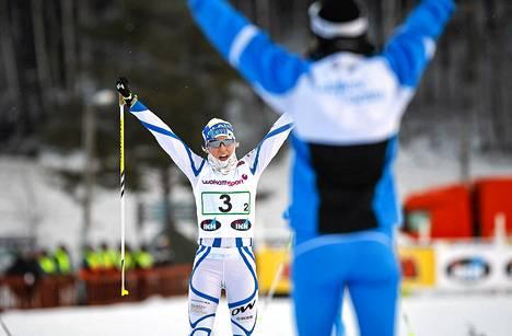 Lappeen Riennon Riikka Sarasoja-Lilja tuuletti maalissa SM-hiihdoissa Vantaalla sunnuntaina. Riikka Sarasoja-Lilja ja Outi Gröndahl voittivat naisten perinteisen hiihtotavan pariviestin.