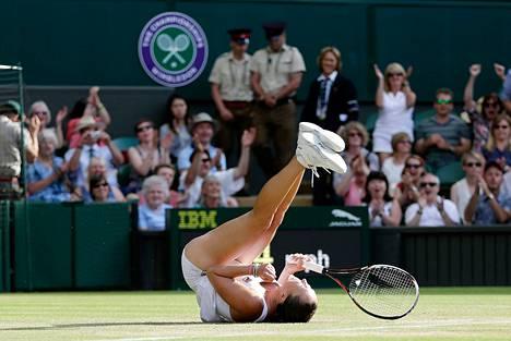 Serbian Jelena Janković juhli voitettuaan Tšekin Petra Kvitovan tennisottelussa Wimbledonissa lauantaina.