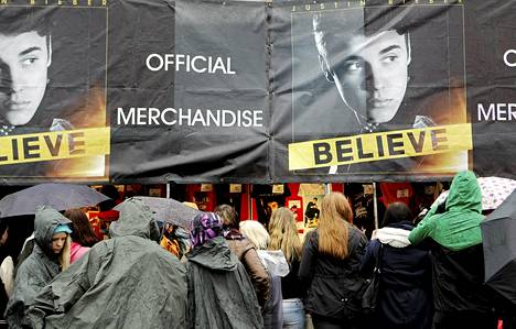 Fanit parveilivat Justin Bieberin fanituotemyyntipisteen luona Helsingin Kaisaniemessä perjantaina.