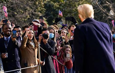 Donald Trump tervehti kannattajiaan Valkoisen talon ulkopuolella tiistaina lähtiessään kohti Alamoa.