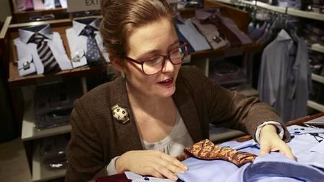 Rinna Saramäki ihailee miesten laadukkaiden kauluspaitojen kangasta ja valmistusjälkeä.