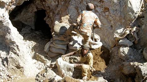 Epäviralliset kaivostyöntekijät työskentelivät kesäkuussa 2016 entisessä teollisessa kupari-koboltti-kaivoksessa Kolwezin kaupungin ulkopuolella.