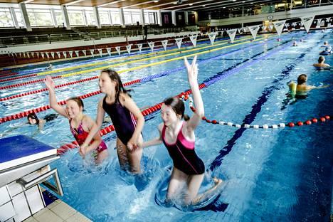 Espoonlahden uimahallia on kunnostettu kevään aikana, mutta töiden loppusuoralla pesuhuoneista tippui kaakeleita ja tästä aiheutui lisätyötä. Elli Romppanen, Sanni Romppanen ja Leena Turtiainen hyppivät Espoonlahdessa kesällä 2015.