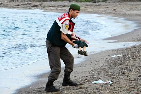 Turkkilaissantarmi kantoi keskiviikkona hukkuneen syyrialaispojan ruumista lähellä Bodrumia.