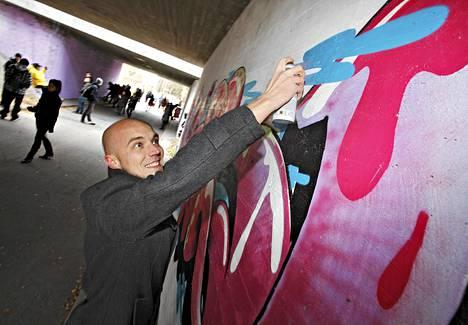 Jyväskylässä sallittaan alikulkutunnelin somistaminen graffitein; avajaispäivänä oli jo iso joukko hommissa. Jaakko Jäppinen maalasi.