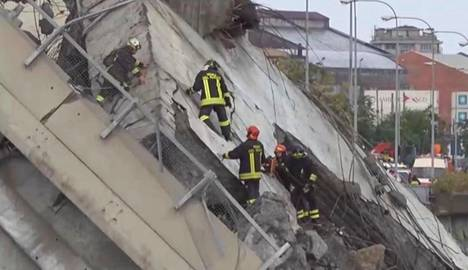 Pelastajat joutuivat taiteilemaan sillankappaleiden päällä hankalissa olosuhteissa.