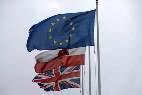 Britannian, Gibraltarin ja EU:n liput liehuivat Gibraltarissa torstaina.