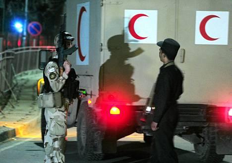 Ambulanssi saapumassa kabulilaiselle hotellille sinne tehdyn iskun jälkeen.