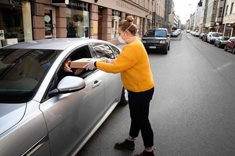 Ravintolapäällikkö Ria Rantanen vei pizzan asiakkaan autoon Uudenmaankadulla.