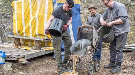 Juhani Kuusela (vas.) rakensi vanhoista lastenvaunuista ja tulvaveden tuomasta ammeesta vaskauskoneen, joka toi porukalle suomenmestaruuden kullanhuuhdonnassa. Keke Kyllönen heijaa, ja Jouni Roinesalo auttaa.