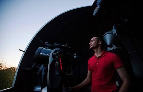 Ursassa työskentelevä Jaakko Visuri kehottaa aloittavia tähtiharrastajia ottamaan yhteyttä alan yhdistyksiin. Esimerkiksi Kaivopuiston tähtitornissa järjestetään tähtinäytöksiä, joissa tähtinäyttäjä kertoo tietoa katseltavista kohteista.