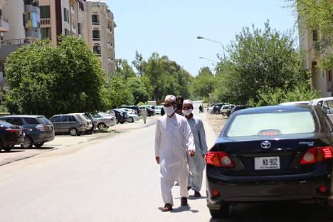 Pakistanissa tautitapaukset kasvavat nyt vauhdilla. Silti hallitus on purkanut rajoituksia ja ihmiset ovat lähteneet ulos eid-ostoksille.