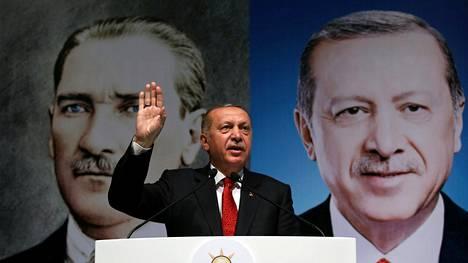 Presidentti Recep Tayyip Erdoğan kertoi viikonloppuna Rizessä kannattajilleen, että liiraa vastaan kampanjoidaan ulkomailla. Hän vakuutti spekulaatioiden olevan turhia, koska Turkilla on Jumala puolellaan.