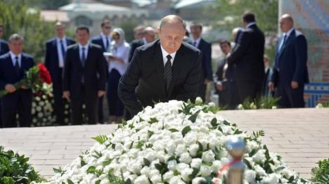 Venäjän presidentti Vladimir Putin laski tiistaina kukkia Uzbekistanin entisen presidentin Islam Karimovin haudalle.