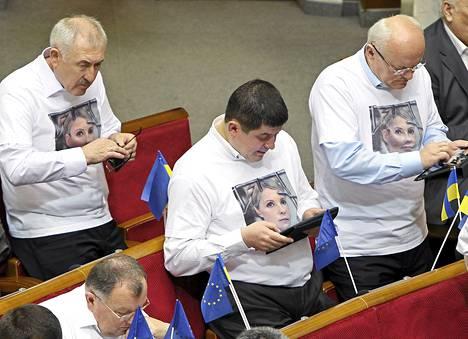 Opposition edustajat käyttivät Julija Tymosenkoa tukevia paitoja keskiviikkona Ukrainan parlamentissa.
