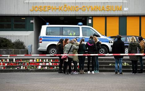 Koneessa matkusti lukioluokka Joseph-König-Gymnasiumista. Nuoret tytöt seisoivat koulun edessä Halternin kaupungissa tiistaina.