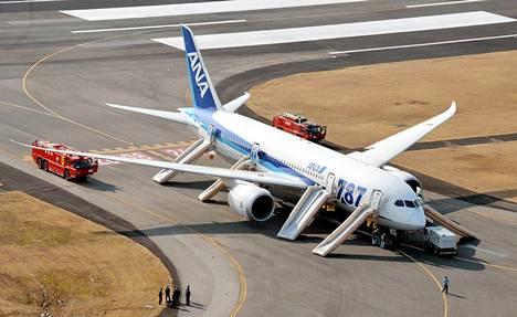 All Nippon Airwaysin Boeing 787 Dreamliner teki hätälaskun Takamatsun lentokentällä läntisessä Japanissa tammikuussa. Syynä olivat Dreamlinerin litiumakuissa esiintyneet toimintahäiriöt.
