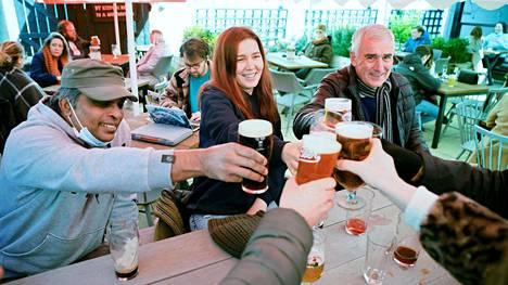 Lontoossa skoolattiin maanantaina pubien avautumiselle. Tarjoilu rajoittuu toistaiseksi terasseille ja sisäpihoille.