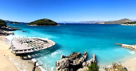 Ksamilissa on kolme vehreää pikkusaarta, joita ympäröi hämmästyttävän turkoosi vesi. Taustalla siintää Kreikan Korfu.