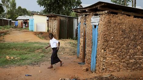 Kun Nyamukaun alakouluun saatiin tyttöjen oma vessa, kaupunginjohtajakin tuli sitä katsomaan.