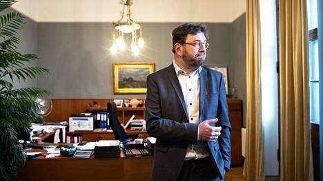 Liikenne- ja viestintäministeri Timo Harakka (sd) työhuoneessaan liikenne- ja viestintäministeriössä