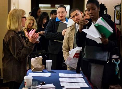 Työnhakijat jonottivat helmikuun lopulla New Yorkissa tapahtumaan, jossa yritykset etsivät työntekijöitä. Maaliskuussa työpaikkojen määrä kasvoi Yhdysvalloissa 88000:lla. Se oli alle puolet viime kuukausien kasvuvauhdista.