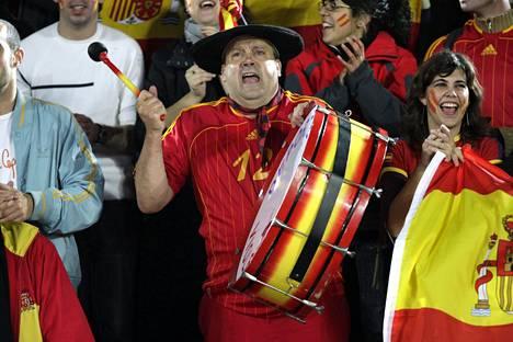 Manolo el del Bombo Palloliiton satavuotisjuhlaottelussa Olympiastadionilla 17. lokakuuta 2007.