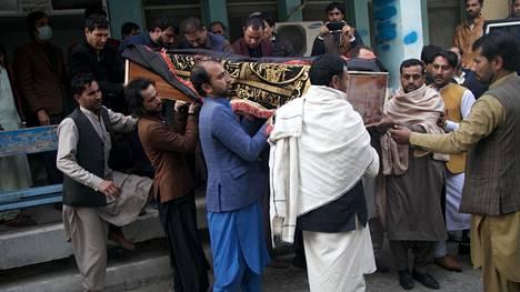 Ihmiset osallistuivat Jalalabadissa Afganistanissa surmatun toimittajan hautajaissaattoon 10. joulukuuta.