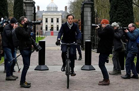 Hollannissa Mark Rutten johtama hallitus kaatui juuri ennen parlamenttivaaleja. Rutten ja hänen puolueensa kannatus on silti vahvaa.