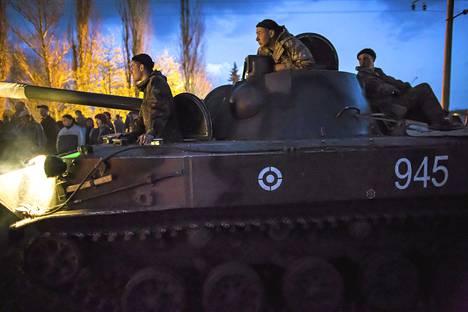 Ukrainan asevoimien 15 rynnäkköpanssarin osasto joutui keskiviikkoaamuna kyläläisten motittamaksi Ptsjolkinassa Kramatorskin lähellä eikä päässyt liikkeelle ennen iltaa. Molemmat osapuolet pidättyivät väkivallasta.