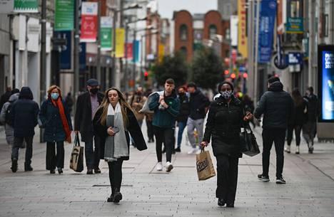 Dublinin keskustan Henry Street torstaina. Irlannissa on tällä hetkellä käytössä viisiportaisen asteikon tiukimmat rajoitukset.