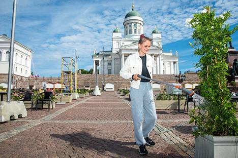 Bella-Fia Hedman kasteli kukkia Senaatintorilla maanantaina, kun terassialueen viimeistely oli käynnissä.