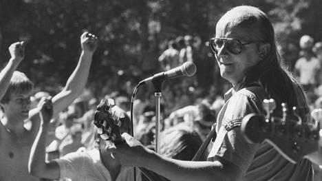 Juice Leskinen lavalla kesällä 1980.