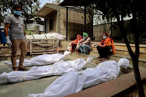 Covid-tautiin kuolleet vainajat oli aseteltu odottamaan tuhkausta Delhissä tiistaina.