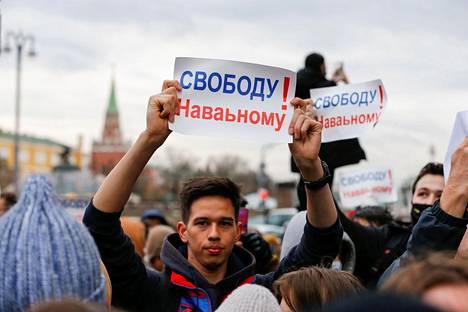 Mielenosoittajan kyltissä vaadittiin Aleksei Navalnyin vapauttamista Moskovassa.