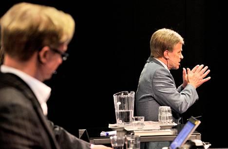 Mikael Jungner (vas.) ja Mauri Pekkarinen keskustelivat eduskunnan puhe- ja väittelykulttuurista Hämeenlinnan Verkatehtaassa perjantaina järjestetyssä puhetaidon seminaarissa. Puhetta johti Jussi Lähde.
