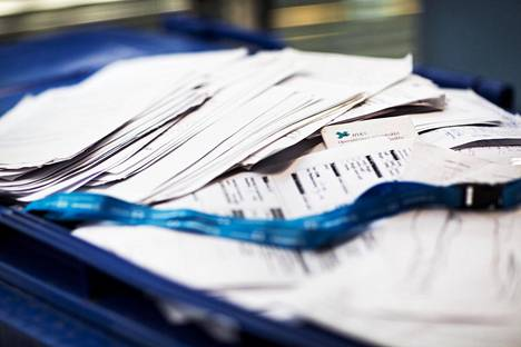 Vantaalaisen kerrostalon jätekatoksesta löytyneitä Husin potilaspapereita.