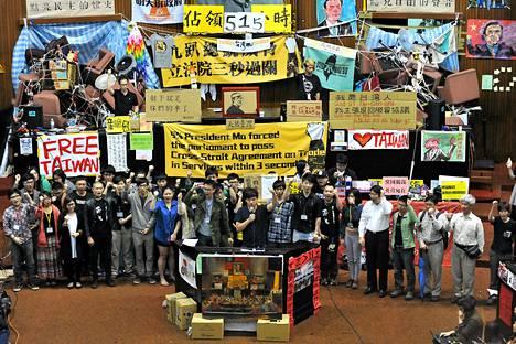 Opiskelijamielenosoittajien johtajat Lin Fei-fan (edessä vas.) ja Chen Wei-ting (oik.) johtamassa protestia 7. huhtikuuta Taipeissa.