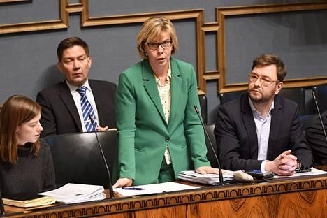 Oikeusministeri Anna-Maja Henriksson (r) eduskunnan kyselytunnilla 7. marraskuuta.