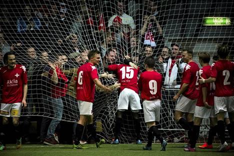 Nnaemeka Anyamele (numero 15) ja muut HIFK:n pelaajat riensivät juhlimaan maalia joukkueen kannattajien luo. IFK voitti FC Interin liigacupissa peräti 6–0.