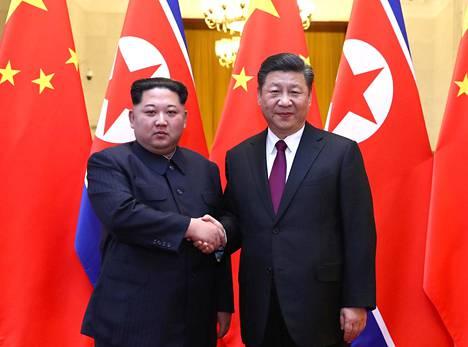 Pohjois-Korean diktaattori Kim Jong-un (vas.) ja Kiinan presidentti Xi Jinping tapasivat jälleen. Kuva on Pekingistä viime maaliskuulta.
