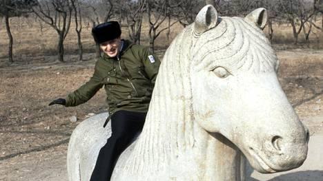 Ulkoministeri Paavo Väyrynen kiipesi hevospatsaan selkään virallisella Kiinan-vierailullaan tammikuussa 1984.
