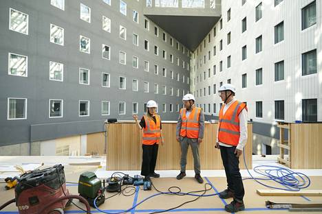 Sisustusarkkitehti Minna Hurme (vas.), liiketoimintajohtaja Andreas Lindqvist ja markkinointijohtaja Jonathan Heino odottavat jo malttamattomina uuden hotellin avautumista.