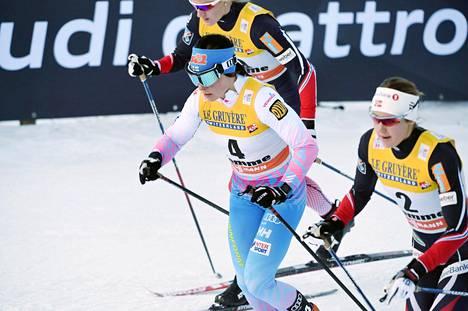 Krista Pärmäkoski lähtee 53 sekuntia kilpailua johtavan Stina Nilssonin perään. Hän on kokonaiskilpailussa kolmantena ennen päätöspäivää.