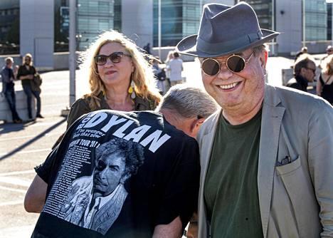 Merja Pekonmaa, Risto Schiray ja professori Hannu Salmi tapasivat Bob Dylanin keikalla.