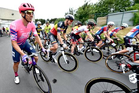 Huippupyöräilijä Tim Merlierin (etualalla Belgian lipun värisessä musta-kelta-punaisessa paidassa) järjestämä pyöräilykisa Wortegem-Petegemissä päättyi lauantaina surullisissa tunnelmissa, kun Niels De Vriendt kuoli kesken kisan. Kisaan osallistui muitakin tunnettuja nimiä, kuten Sep Vanmarcke (vas.).